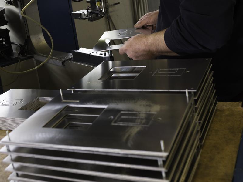 sertissage de goujon sur face avant aluminium